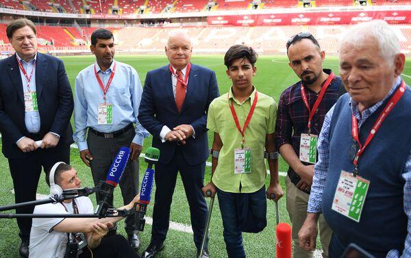 Kasim Alkadim visita una partita di calcio a Mosca - Sputnik Italia