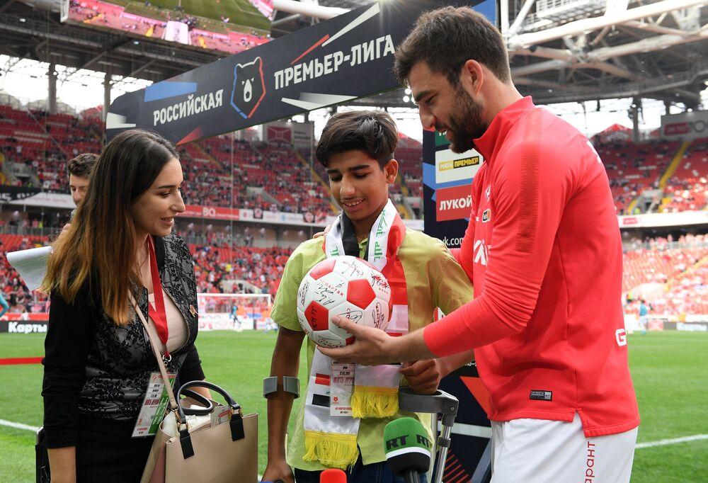 Qasim Alkadim riceve in dono dal capitano Georgiy Dzhikia un pallone con gli autografi dei calciatori dello Spartak Mosca