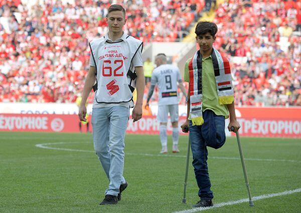 Qasim Alkadim riceve in dono dal capitano Georgiy Dzhikia un pallone con gli autografi dei calciatori dello Spartak Mosca - Sputnik Italia