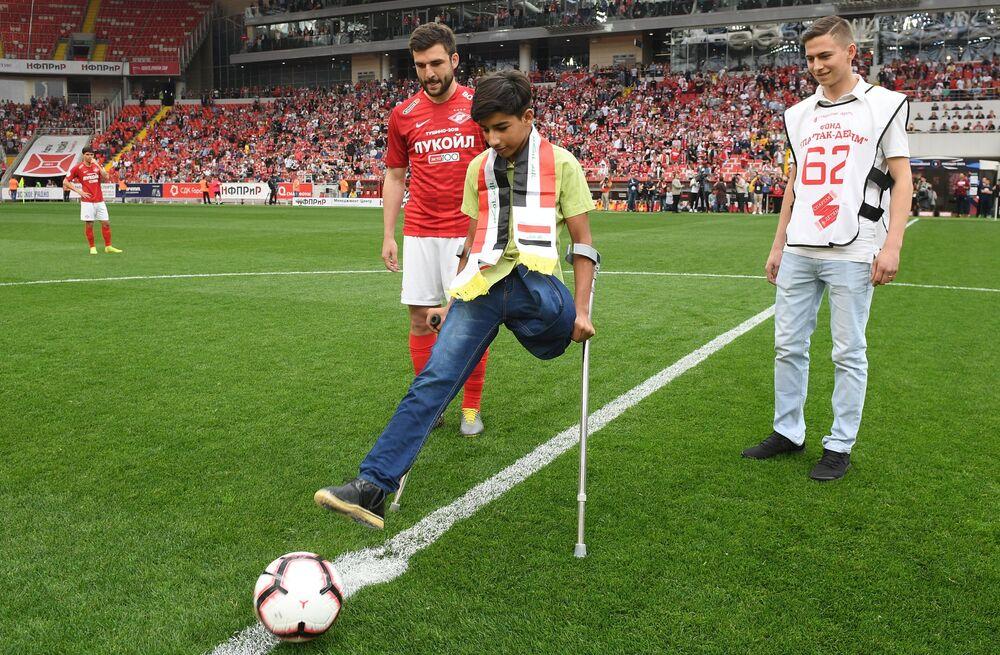 Kasim Alkadim dà il calcio d'inizio dell'incontro tra Spartak ed Ufa