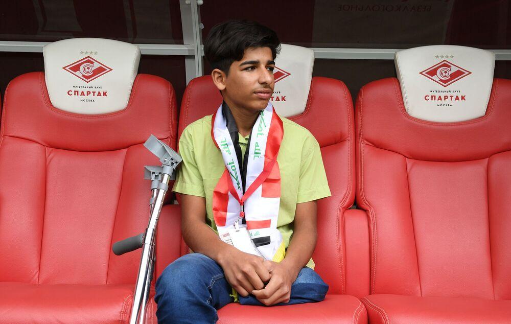 Qasim Alkadim osserva lo stadio Otkrytie Arena dalla panchina dove di solito siedono i giocatori dello Spartak Mosca