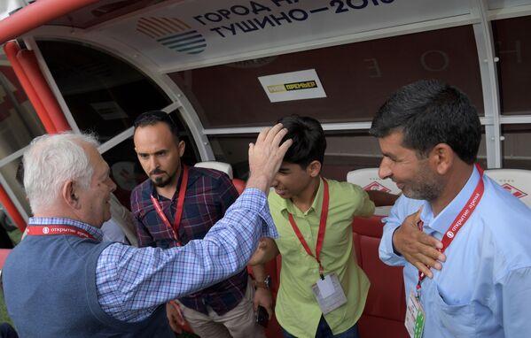 Qasim Alkadim insieme al padre, al fotografo Taisir Mahdi ed al chirurgo Leonid Roshal  - Sputnik Italia