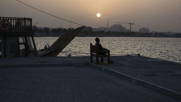 Мужчина на набережной в столице Катара Дохе - Sputnik Italia