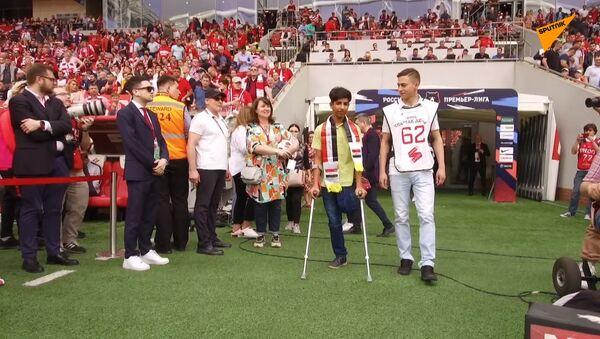 Qasim Alkadim dà il calcio d'inizio in una partita del campionato russo - Sputnik Italia