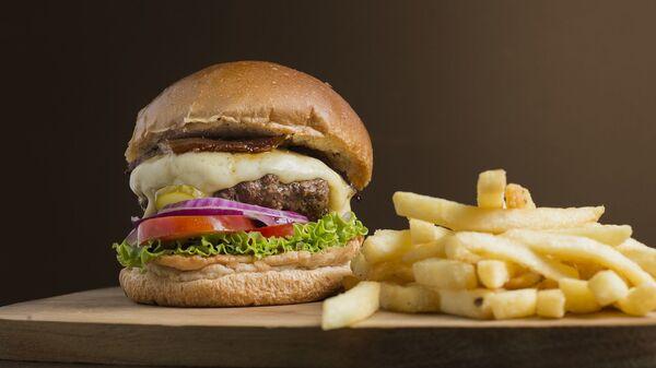 Hamburger e patatine fritte - Sputnik Italia