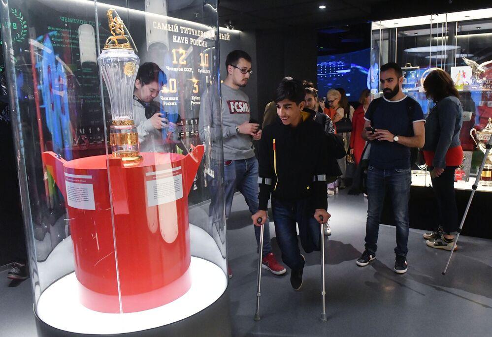 Qasim Alkadim in una delle sale del museo dello Spartak Mosca mentre osserva la coppa dei campioni di Russia di calcio