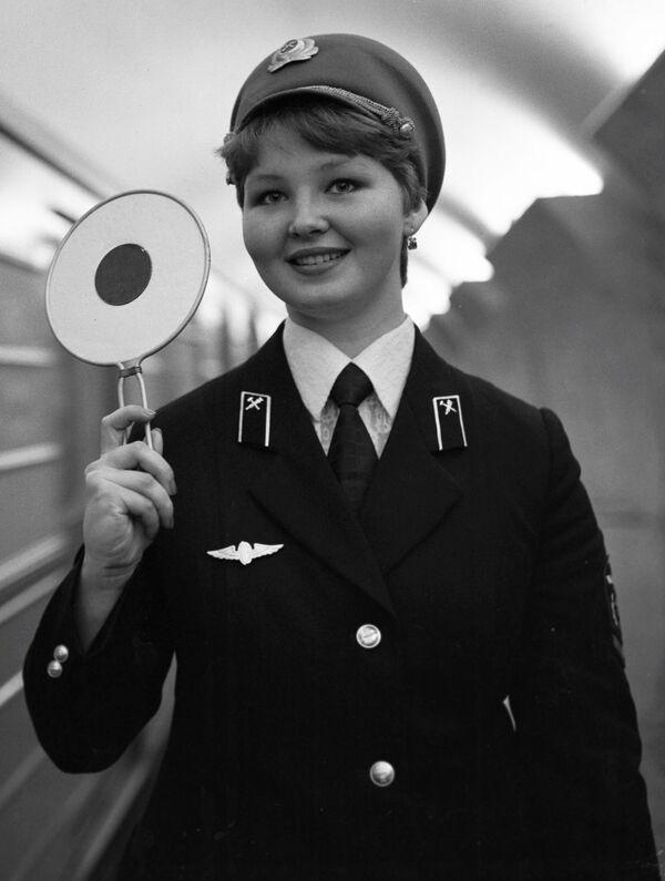 1980 - Un'addetta ai treni nella stazione Mayakovskaya di Mosca - Sputnik Italia