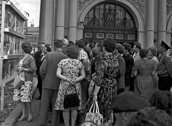 1962 - Ressa fuori da una stazione della metropolitana di Mosca per osservare le fotografie dedicata alle imprese del cosmonauta Andrian Nikolayev   - Sputnik Italia