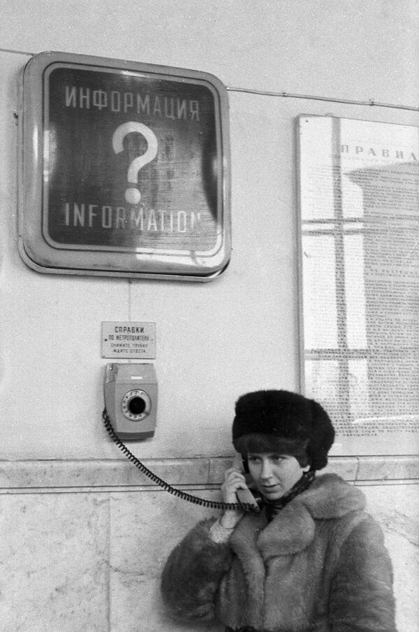 1980 - Nelle stazioni della metropolitana di Mosca erano installati dei telefoni attraverso i quali era possibile chiedere informazioni sul servizio - Sputnik Italia