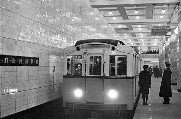 1948 - Un treno in sosta nella stazione di Sokol'niki  - Sputnik Italia