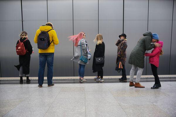 2019 - Passeggeri della metropolitana di Mosca in attesa di un treno alla stazione capolinea - Sputnik Italia