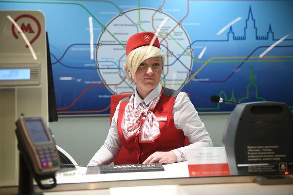 2018 - Una cassiera della metropolitana di Mosca pronta ad accogliere i numerosi turisti stranieri giunti in città per i Mondiali di calcio - Sputnik Italia