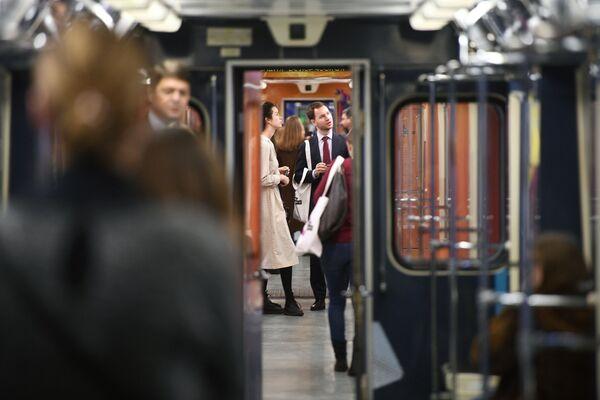 2017 - Viaggiatori a bordo del nuovo treno La scienza del futuro, dedicato all'anno incrociato dell'istruzione Russia-Gran Bretagna - Sputnik Italia