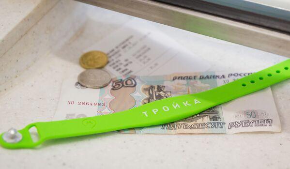 2017 - Addio biglietti di carta: nella metropolitana di Mosca inizia la vendita di braccialetti con un chip elettronico per aprire i tornelli - Sputnik Italia