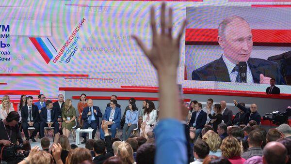 Putin interviene al media forum organizzato dal Fronte Popolare Russo a Sochi - Sputnik Italia