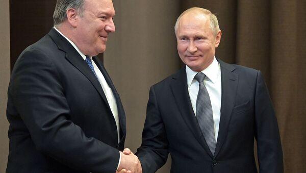 Il segretario di stato USA Mike Pompeo e il presidente russo Vladimir Putin durante l'incontro a Sochi - Sputnik Italia