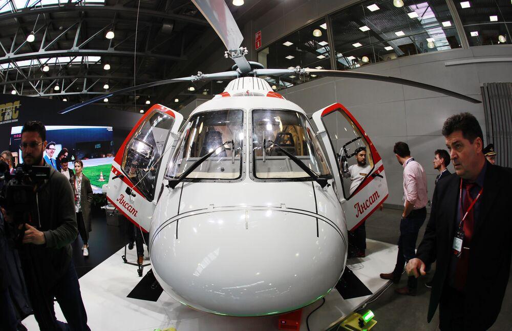 Vista frontale dell'elicottero leggero multifunzionale russo Ansat