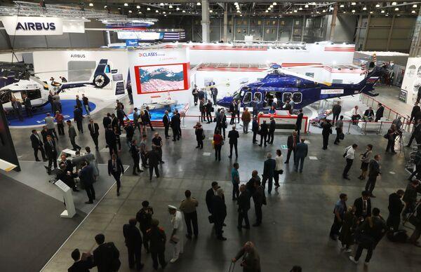 Visitatori tra i padiglioni del 12° Salone Internazionale dell'Elicottero HeliRussia - 2019 di Mosca - Sputnik Italia