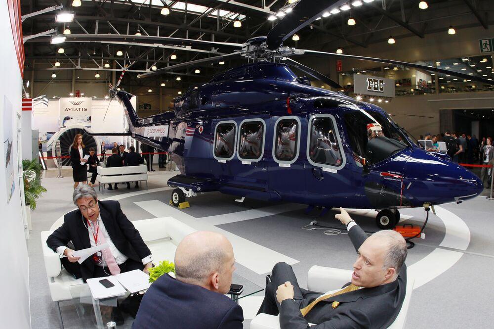 L'elicottero bimotore Augusta Westland AW139 nel padiglione Leonardo Helicopters ad HeliRussia - 2019