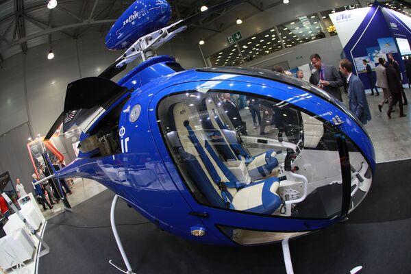 L'elicottero biposto Zefhir dell'italiana Curti, attrezzato per il lancio di paracatudisti - Sputnik Italia