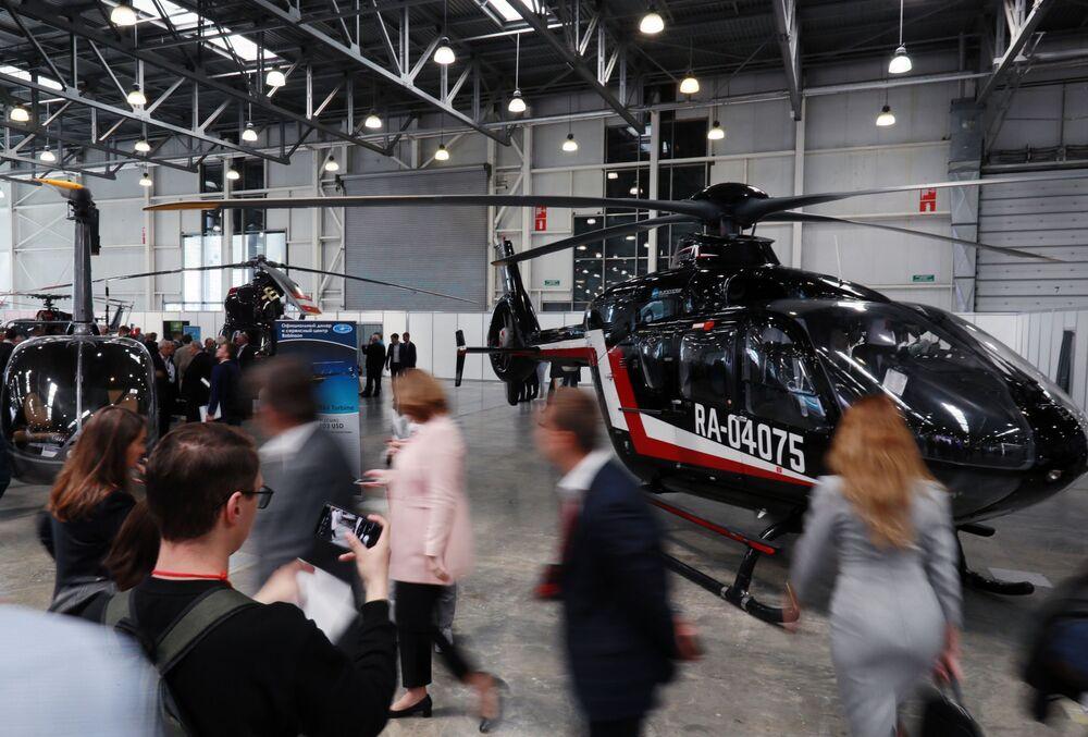 Visitatori di HeliRussia - 2019 davanti ad un elicottero Eurocopter EC-135