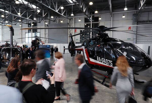 Visitatori di HeliRussia - 2019 davanti ad un elicottero Eurocopter EC-135 - Sputnik Italia
