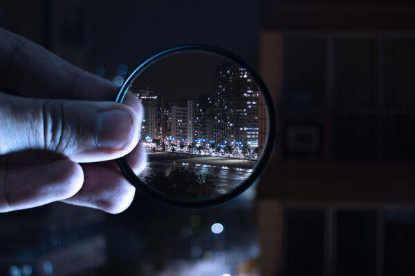 Città di notte in una lente. - Sputnik Italia