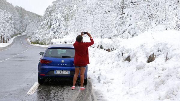 Una turista fotografa la neve fuori stagione in Corsica - Sputnik Italia