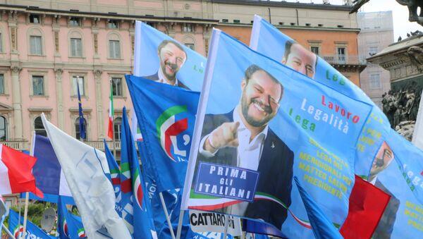 I sostenitori di Salvini in Piazza Duomo a Milano - Sputnik Italia