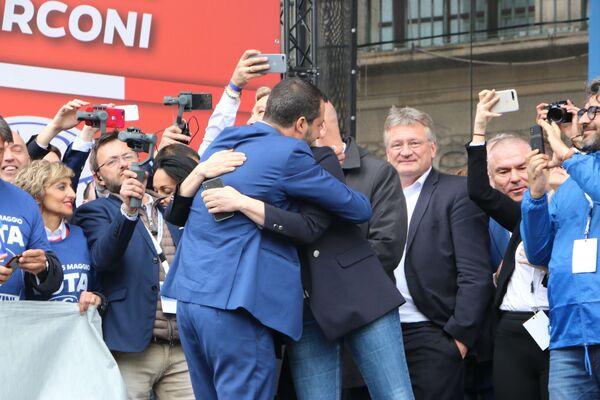 Politico italiano Matteo Salvini e politica francese Marine Le Pen - Sputnik Italia