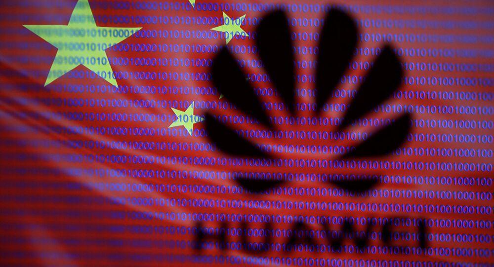 Logo di Huawei sullo sfondo della bandiera cinese