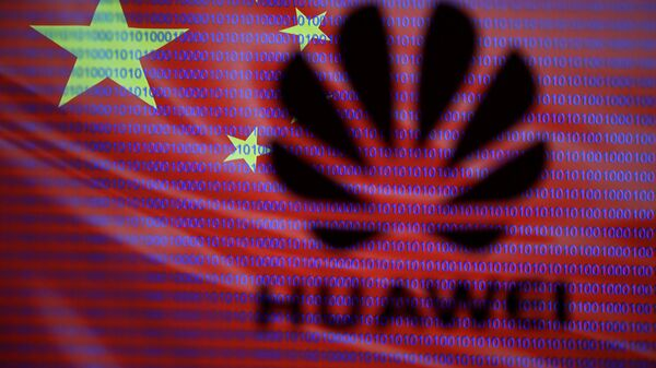 Logo di Huawei sullo sfondo della bandiera cinese - Sputnik Italia