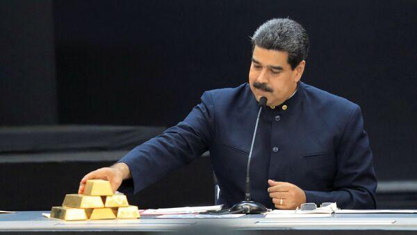 Il presidente venezuelano Nicolas Maduro con dei lingotti d'oro - Sputnik Italia