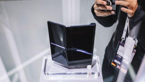 Складной смартфон Huawei Mate X на ежегодной выставке мобильных технологий Mobile World Congress 2019 в Барселоне - Sputnik Italia