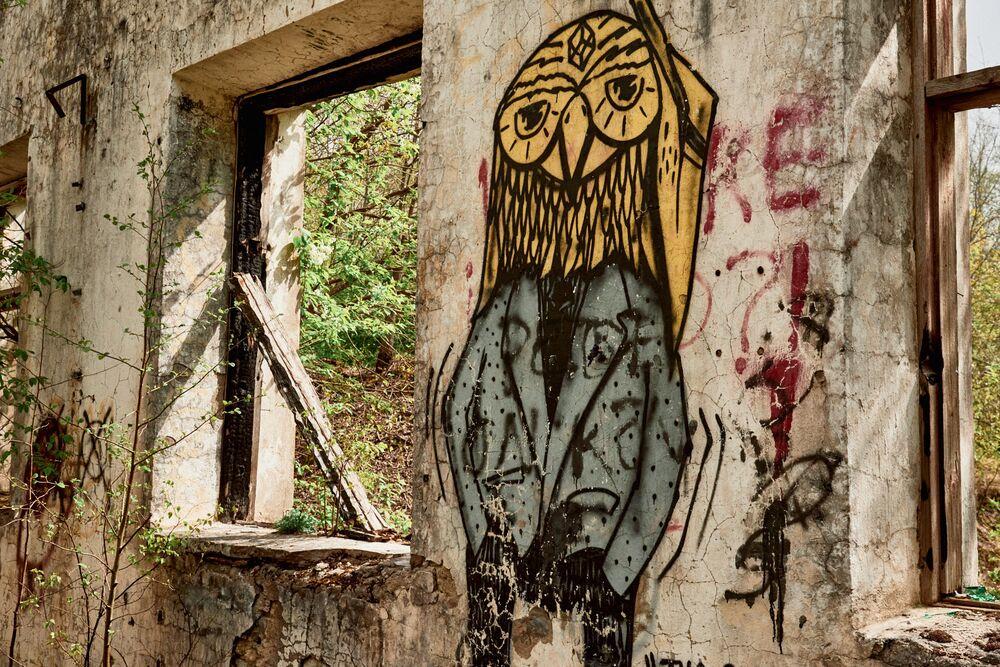 Non meno strano questo disegno, che campeggia sul muro di un altro edificio abbandonato