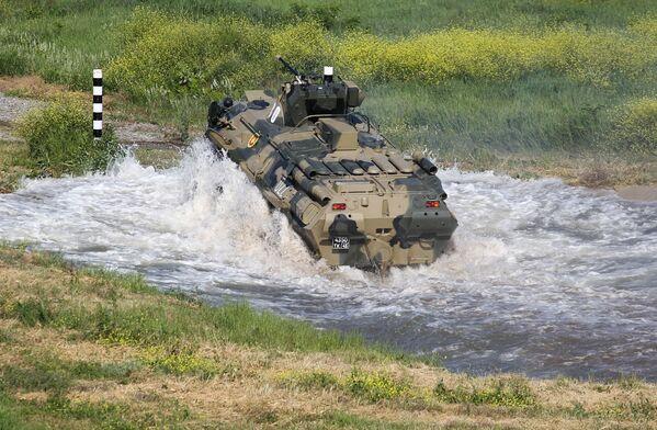 Il veicolo per il trasporto di truppe BTR-82 impiegato da una delle squadre partecipanti al concorso Cielo Pulito  - Sputnik Italia