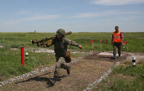 Un soldato in azione con un Igla, missile antiaereo a guida infrarossa e  corto raggio, trasportabile a spalla. - Sputnik Italia