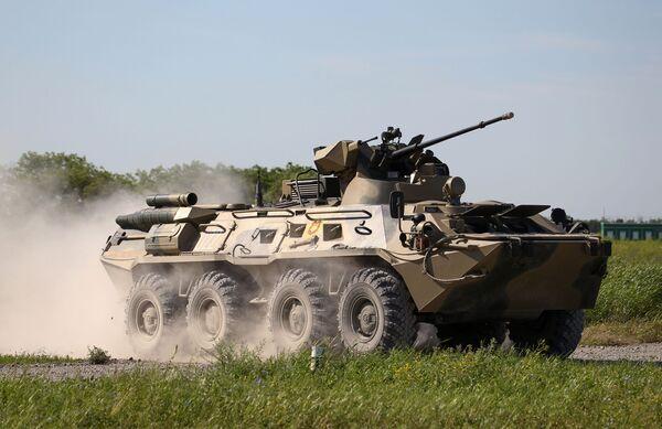 Un BTR-82 in movimento durante le prove del concorso Cielo Pulito  - Sputnik Italia