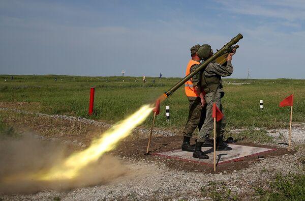Un soldato nella postazione di tiro per colpire bersagli aerei con un lanciamissile Igla - Sputnik Italia