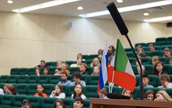 Il palco da cui hanno preso la parola gli esperti intervenuti alla conferenza «Il segreto del successo: lo sviluppo di progetti italiani in Russia» - Sputnik Italia