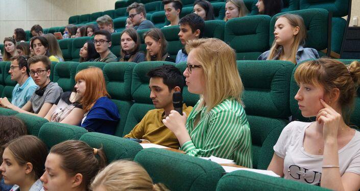 Una studentessa pone una domanda ad Ernesto Ferlenghi