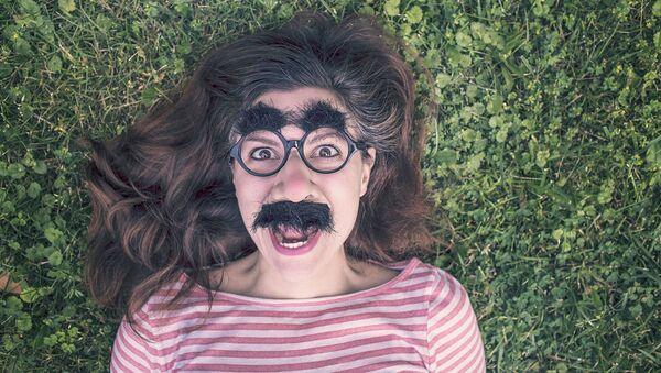 Ragazza con baffi, occhiali e sopracciglia finti - Sputnik Italia