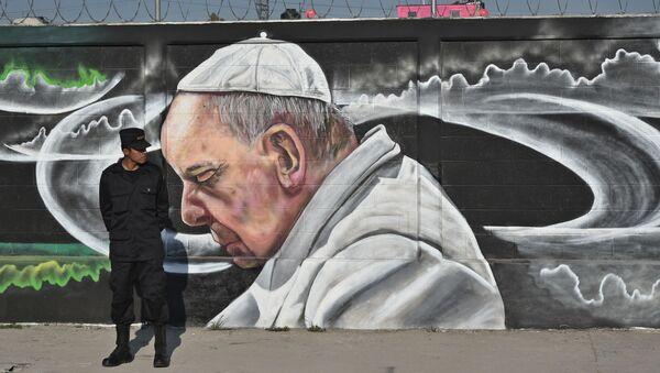 Guardia accanto a graffito raffigurante il Papa, Ecatepec, Città del Messico - Sputnik Italia