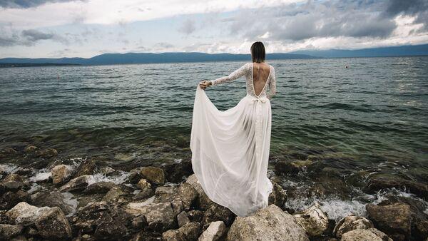 Sposa in abito bianco sulla riva del mare - Sputnik Italia