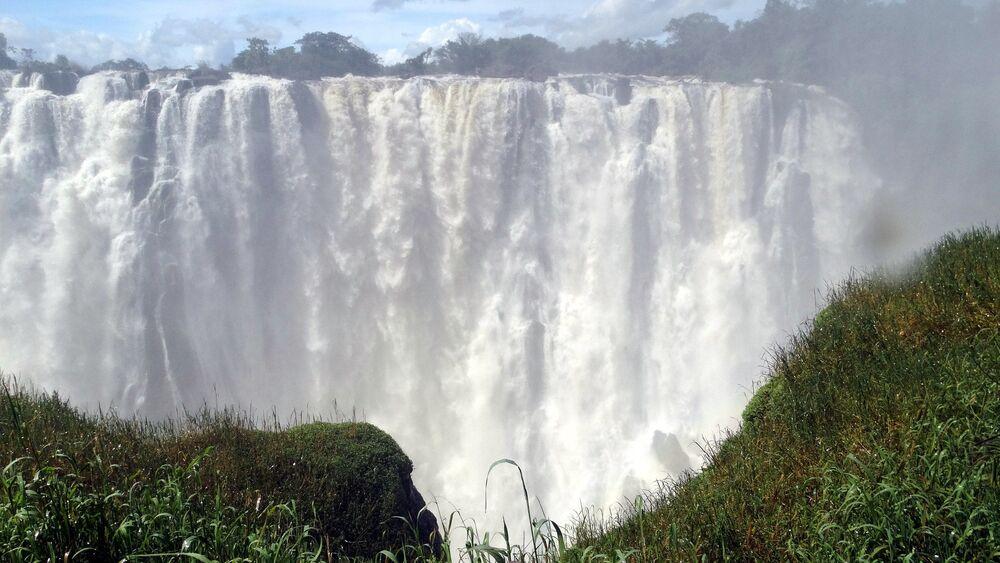 Le cascate Vittoria, sul fiume Zambesi in Zimbawe: il bacino è largo 1800 metri e l'altezza dell'acqua varia da 80 a 108 metri