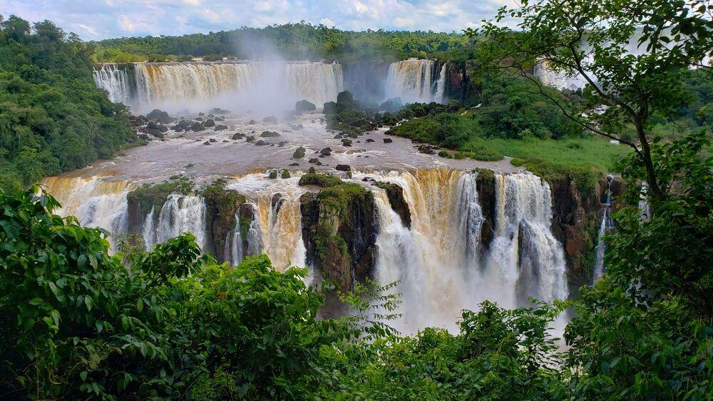 Le cascate dell' Iguazù, formate dai fiumi Iguazù e Parana, al confine tra Argentina e Brasile: in totale le cascate sono 275 e la loro altezza raggiunge e supera gli 80 metri. Il rumore dell'acqua si dice sia udito fino a 25 chilometri di distanza.