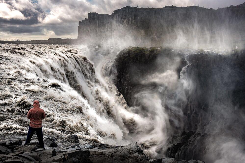 Nella classifica non poteva mancare l'Islanda: terra di natura incontaminata, geyser, vulcani e... cascate: le cascate Dettifoss, alte più di 40 metri per 100 metri di estensione