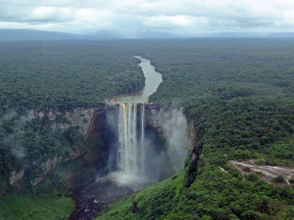 Le cascate Caieteur al confine tra Guyana Francese e Venezuela: sono alte 226 metri e spesso la nebbia copre il bacino fluviale sottostante, rendendole molto spettacolari