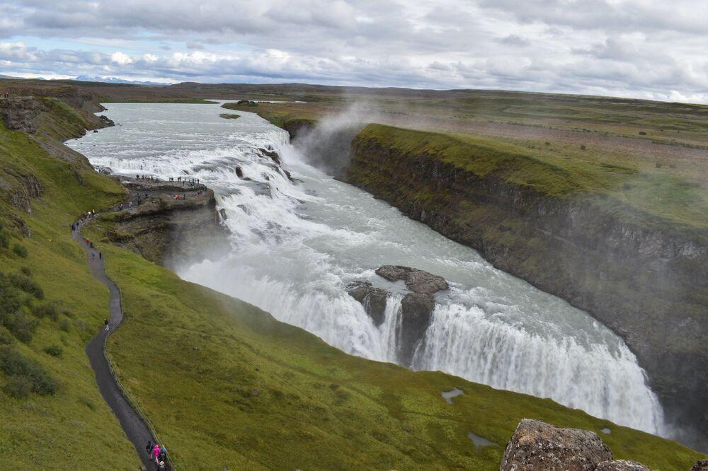 La cascata d'oro, così si traduce dall'islandese il nome Gullfoss. Questa cascata ha una forma unica, con tre livelli di altezza decrescente, da 21 a 11 metri e due cascate d'acqua.