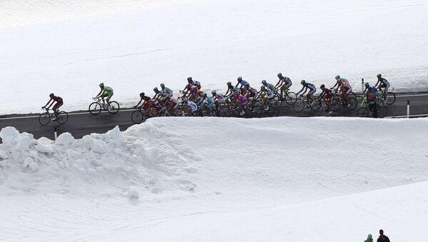Il gruppo del Giro d'Italia in una tappa di montagna (archivio) - Sputnik Italia